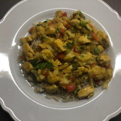 smul-van-bloemkoolroosjes-verstopt-in-curry-met-kip
